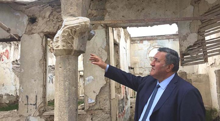 Tarihi konakların yıkımı seyrediliyor