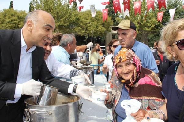 Kerimoğlu Özgürlük Meydanı'nda aşure dağıttı