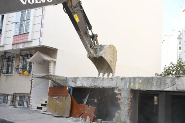 Mahalleyi rahatsız eden metruk yapı yıkıldı
