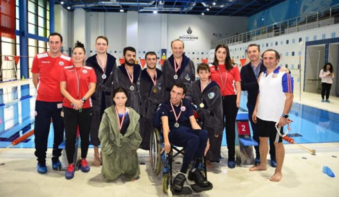 Hançerli engelli şampiyonlarla yüzdü