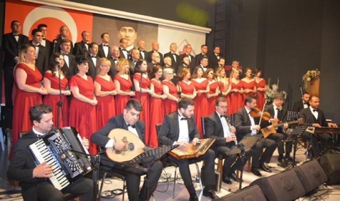 Çatalca Türk Sanat Müziği Korosu sahnede