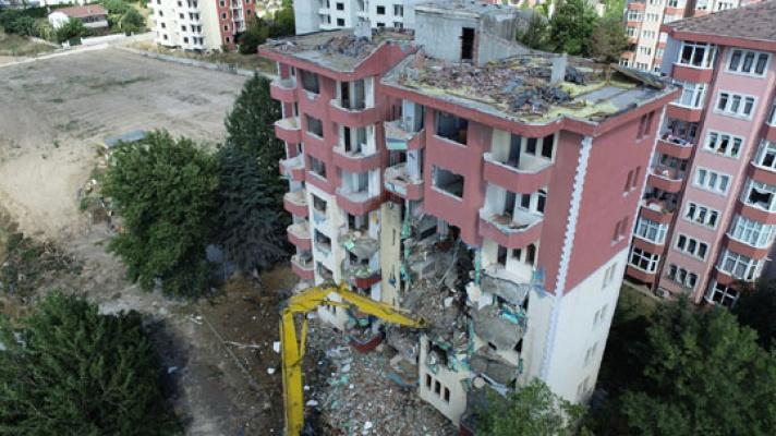 Hasarlı 8 katlı bina yıkıldı