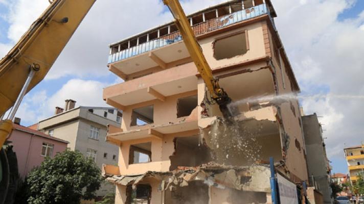 Büyükçekmece'de riskli yapılar yıkılıyor