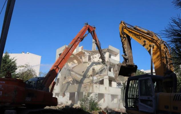 Büyükçekmece'de 13 hasarlı bina yıkıldı