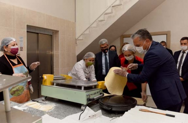 Başkan Uysal, kadınlarla erişte hazırladı