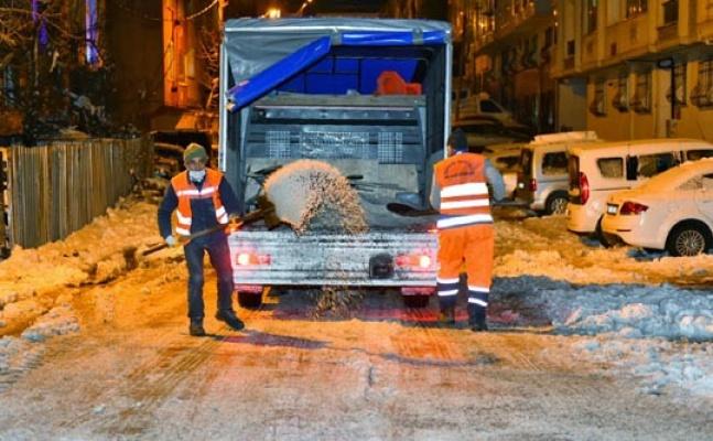 Esenyurt'ta kar ekipleri çalışmalarını sürdürüyor