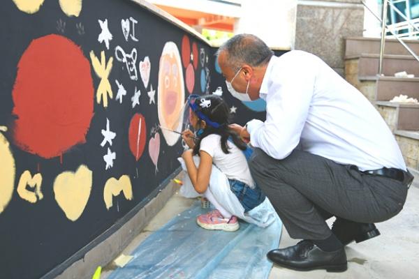 Duvarlar çocukların el izleriyle renklendi