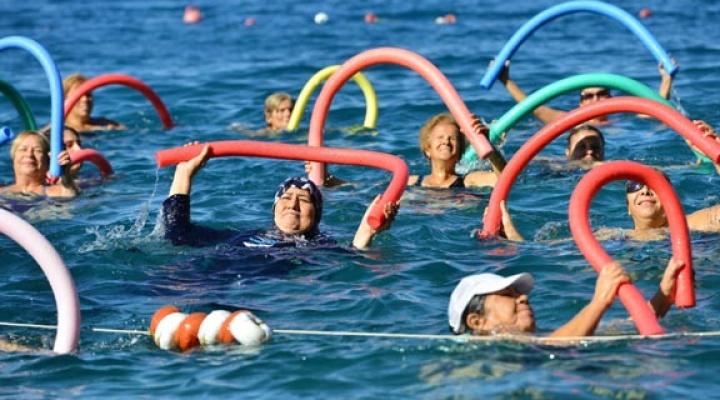 Mavi bayraklı plajda su cimnastiği