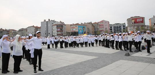 600 öğrenci İstiklal Marşı'nı okudu
