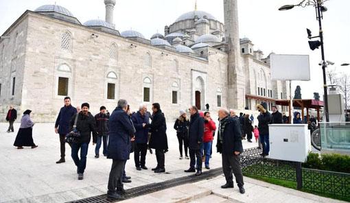 İmamoğlu Fatih Sultan Mehmet'in kabrinde dua etti