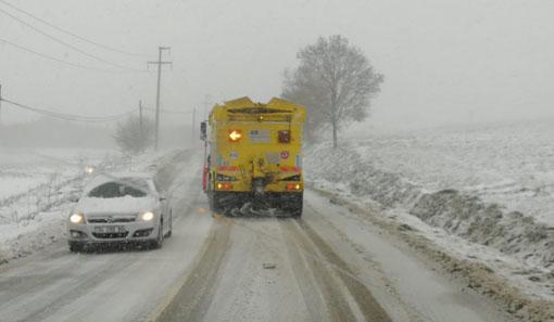 Silivri ekipleri karla birlikte yollarda