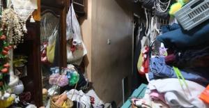 80 yaşındaki kadının evinden 7 kamyon çöp çıktı!